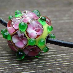 Zahrádka+Přívěsek+na+náhrdelníku+tvoří+autorský,+vinutý+korálek,+Je+zavěšen+na+3+mm+šňůrce+z+umělé+kůže,+zapínání+na+karabinku+v+barvě+stříbra.Veškeré+komponenty+z+chirurgické+oceli.+Do+korálku+je+vlepená+kovová+vložka+AG+925+4mm.+Korálek+cca+20+x+18+mm+Obvod+42+cm
