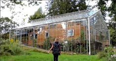 Swedish Couple Builds Greenhouse Around Home to Stay Warm and Grow Food All Year Long. The greenhouse keeps their home in the even when it's freezing outside. It allows the family to grow Mediterranean fruit in Sweden. Natur House, Interior Tropical, Build A Greenhouse, Greenhouse House, Greenhouse Ideas, Homemade Greenhouse, Greenhouse Wedding, House In Nature, Composting Toilet