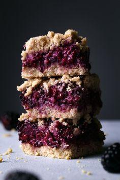Blackberry Oat Bars - Wife Mama Foodie Add lemon zest + sliced almonds on top Bon Dessert, Dessert Bars, Vegan Desserts, Dessert Recipes, Oat Bars, Breakfast Cookies, Breakfast Ideas, Quick Snacks, The Best