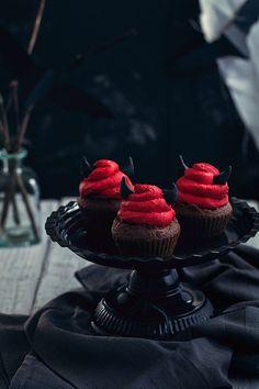Food Inspiration Halloween Devil cupcakes {Coca cola et chocolat} Chocolat Halloween, Halloween Cakes, Halloween Treats, Devil Halloween, Halloween Town, Cupcakes D'halloween, Cupcake Cakes, Muffin Recipes, Cupcake Recipes