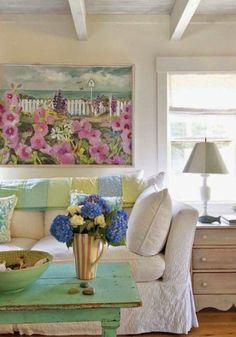 salon contemporain avec canapé champêtre chic et table basse antique