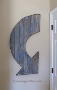 DIY Wall Decor | I am loving arrows lately, and how cool is the large wall arrow made from pallet wood?!?