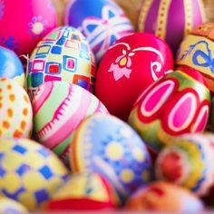 1e paasdag, zondag 31 maart, mogen alle kinderen die de Kasteelruïne bezoeken hun eigen paasei onder begeleiding versieren. Tussen 10.00 uur en 17.00 kunnen de kinderen op elk moment aansluiten bij deze paasactiviteit. Natuurlijk mogen de jonge kunstenaars de beschilderde eieren meenemen om te verstoppen rondom het huis of om het paasontbijt op te fleuren! Het schilderen van de paaseieren is een gratis activiteit voor de bezoekers van de Kasteelruïne. #pasen #kinderen #activiteit #valkenburg