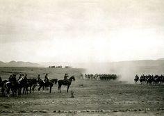 Silvestre pasa revista al regimiento Alcántara, 1902 / 1921. Fotografía atribuible al capitán Lázaro. Vintage en papel-foto. © Colección Pando.