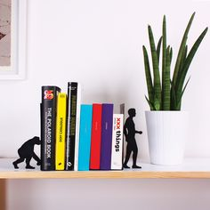 Pon en casa este soporte para libros de inspiración antropológica y epata a tus visitas.