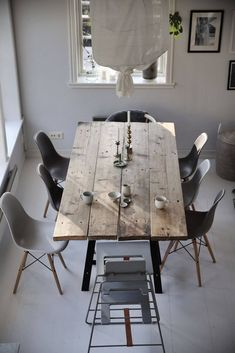 Emily Slotte's family universe Interior Design Living Room, Interior Decorating, Diner Table, Wooden Dining Tables, Dining Room Design, Farmhouse Table, Kitchen Decor, Sweet Home, Room Decor