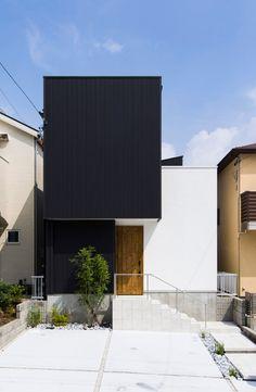 黒のガルバリウムと白の塗り壁の組み合わせ、立体的でリズム感のあるモダンな外観。通りに面した窓がないため、プライバシーもしっかりと守られる。