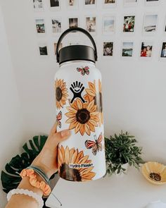 Aesthetic Painting on hydroflask water bottle with acrylic colors. Idea for VSCO with sunflowers Water Bottle Art, Cute Water Bottles, Water Bottle Design, Plastic Bottle, Hydro Painting, Bottle Painting, Custom Hydro Flask, Hydro Flask Water Bottle, Vsco Pictures