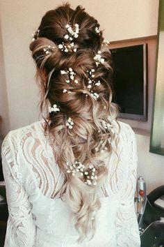 21 flower-kissed bridal hairstyles that don& have crowns .- 21 Blumengeküsste Brautfrisuren, die keine Kronen… – – Nora K. 21 Flower-kissed bridal hairstyles that have no crowns … – # Flower-kissed … – # Flower-kissed - Country Wedding Hairstyles, Wedding Hairstyles For Long Hair, Down Hairstyles, Indian Hairstyles, Wedding Hairstyles With Crown, Bridesmaid Hairstyles, Formal Hairstyles, Bridal Hairstyle With Veil, Bride Hair With Veil
