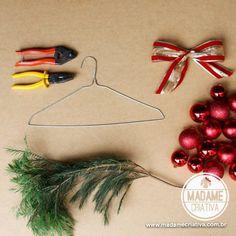 Como fazer Guirlanda de Natal com uma Cabide - Dicas e passo a passo com fotos - How to make a Wreath with a hanger and Xmas balls - DIY - Tutorial - Madame Criativa - www.madamecriativa.com.br