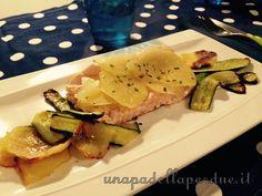 Salmone al forno con patate e zucchine. Una ricetta facile e completa, ricca di omega3 è davvero semplice da preparare.