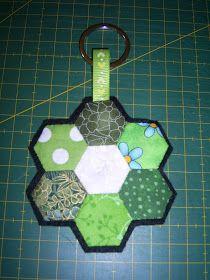 Materiales:  Dos flores hechas con hexágonos(los hexágonos miden de lado 1´5cm), fieltro negro, un trozo de cinta de 9cm y una anilla de ll...