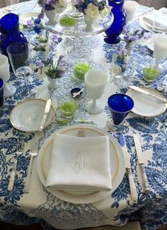 Blue and White Table-The French Tangerine: ~ antique show presentation (monogrammed linens) Beautiful Table Settings, Antique Show, Blue And White China, Easter Table, Deco Table, Decoration Table, White Decor, Tablescapes, Presentation