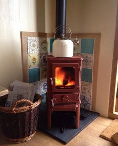 The Hobbit Stove Small stoves shepherds Huts 09 This would fit in our family room! Corner Wood Stove, Mini Wood Stove, Tiny House Wood Stove, Kitchen Corner, Small Wood Burning Stove, Small Stove, Small Wood Stoves, Multi Fuel Stove, Cast Iron Stove