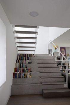 escalier droit en béton et escalier suspendu sans contremarches