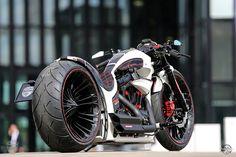 Dass die Jungs von Thunderbike beim Motorradbau jedes Zweirad-Genre meisterlich beherrschen, haben sie in den letzten Jahren tatkräftig bewiesen. Nicht umsonst wandte sich Kunde Stephan – er hat schon öfter dort Bikes erworben – erneut an die Crew in Hamminkeln. Dieses mal hatte der Kunde aber eine ganz konkrete Vorstellung. Er wollte ein Themenbike, und zwar eines, das zu seinem weiß-schwarzen Lamborghini Aventador passt.