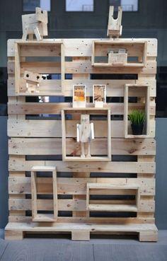La estantería Cube nace a partir de dos palés reciclados.  El sistema de los seis módulos incluidos lo convierte en un mueble especialmente versátil, ya que ofrece la posibilidad de moverlos a lo largo de la estructura.