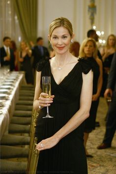 "Kelly Rutherford as Lily van der Woodsen ""Woman on the Verge"" Gossip Girls, Estilo Gossip Girl, Gossip Girl Seasons, Gossip Girl Fashion, Van Cleef And Arpels Jewelry, Van Cleef Arpels, Van Cleef Necklace, Cocktail Outfit, Kelly Rutherford Style"