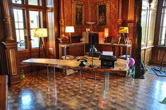 Royal retro-office style: Live-edge wooden table and natural veneer lamps in an old castle near Vienna. Tree Trunk Table, A Table, Dining Tables, Retro Office, Office Style, Made Of Wood, Wooden Tables, Natural Wood, Designer