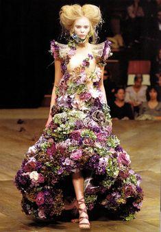 2010 : la robe fleurie de McQueen La robe en vraies fleurs de McQueen lors de son défilé Automne Hiver 2010/2011. Les fleurs tombaient à chaque pas que le mannequin faisait. Les gens pensaient que cela faisait partie du défilé, heureusement !