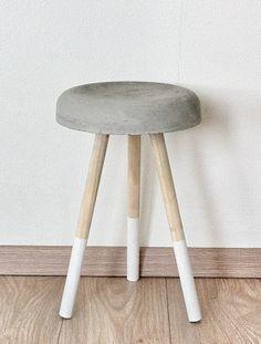 Stoer betonnen krukje met blank houten pootjes en een witte dip dye suuzenco.nl