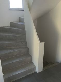CONCRETE CIRRE on the stairs More info and workshops to do it yourself www. Stone Stairs, Concrete Stairs, Stairway Decorating, Escalier Design, Beton Design, Main Door Design, Modern Stairs, House Tiles, House Stairs