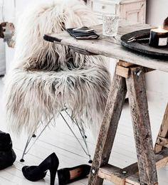 Espacios cool. Una cálida alfombra de piel sobre una silla de diseño es una manera estilosa para combatir el frío invernal