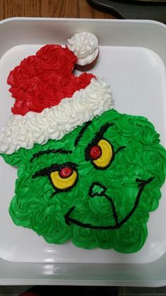 The Grinch cupcake cake (christmas desserts grinch) Christmas Cupcake Cake, Grinch Christmas Party, Christmas Deserts, Holiday Cakes, Christmas Goodies, Holiday Desserts, Holiday Baking, Christmas Baking, Holiday Treats