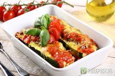 Cukinie przekrój wzdłuż na pół i  wydrąż ze środka pestki i cześć miąższu.  Fix Knorr przygotuj zgodnie z instrukcją na opakowaniu i połącz z mięsem mielonym.  Powstały farsz umieść w cukinii. Faszerowane warzywa umieść w żaroodpornym naczyniu i posyp po wierzchu startym serem.   Do naczynia dodaj pomidory z puszki oraz dobrze rozkruszoną kostkę bulionową Knorr. Całość piecz w piekarniku nagrzanym do 190*C przez około 30 minut.