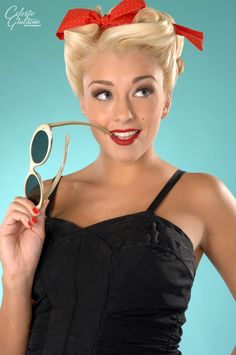 Pin Up Hairstyles – find the perfect pinup hairstyle & pin up hair do's which will make you standout in a crowd. The best pin up hairstyles Fotos Pin Up, Look Rockabilly, Rockabilly Fashion, Rockabilly Hairstyle, Rockabilly Makeup, Messy Hairstyle, Hair Updo, Hairstyle Ideas, Hair Ideas