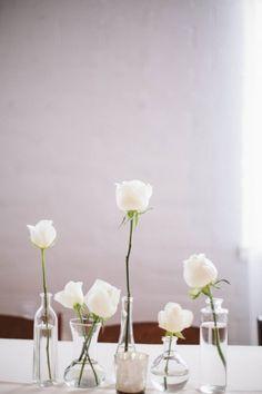 どうしてもアレンジメントが苦手!という方は、こんな風に一輪挿しを並べてみては?高さや花器を変えた、ラフな感じが素敵です。