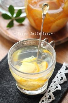 こちらは金柑といっしょに漬けた生姜のはちみつ漬けのホットドリンクです。金柑と甘くなったスライス生姜が、ひらひらとお湯の中でゆれるぽかぽかドリンクを召し上がれ♪