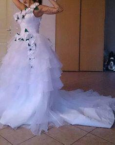 Vends Bonjour     Je vend ma robe de mariée, elle est neuve.  Très longue traine, détail rose blanche avec des feuilles verte.  Taille 38 .  Prix 300 euros à débattre .