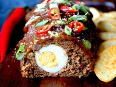 Indonesisch gehaktbrood met pindasaus | Flying Foodie.nl Dutch Recipes, Asian Recipes, Indonesian Food, Mac And Cheese, Wok, Meatloaf, Slow Cooker, Food And Drink, Lunch
