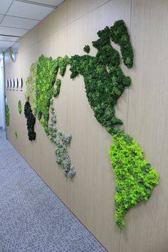 Innisfree, renowned for its naturalistic cosmetics, used natural moss to create a world map on a large wall in the office. :) Give nature to the office with Scandiamoss! World Map Wall Decor, World Map Art, Wall Maps, World Map Design, Corridor Design, Cool Office Space, Moss Art, Plant Design, Wall Design