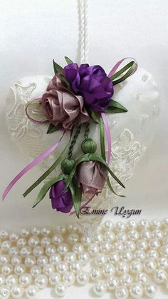 Şirin güller ile kalp Lace Flowers, Flowers In Hair, Fabric Flowers, Diy And Crafts, Arts And Crafts, Paper Crafts, Silk Ribbon Embroidery, Hand Embroidery, All Kinds Of Everything