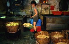 Amazing photos of daily life in Kowloon Walled City, Hong Kong in the Kai Tak Airport, Kowloon Hong Kong, Kowloon Walled City, Tv Aerials, China, Slums, Historical Pictures, Urban Decay, Kids Playing