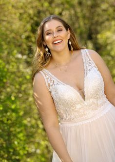 Trouwjurk Ladybird LS220016 Plus Size Brides, Plus Size Wedding, Lace Wedding Dress, New Wedding Dresses, Older Bride Dresses, Ellis Bridal, Bohemian Gown, Curvy Bride, Curvy Dress