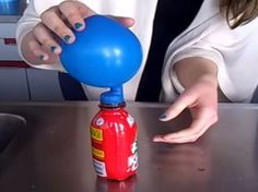 Een ballon opblazen met cola! (Filmpje)