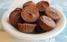 Ελάτε να φτιάξουμε μια εύκολη συνταγή για τα πιο νόστιμα σοκολατάκια που έχετε γευτεί. Δοκιμάστε τα και σίγουρα θα τα αγαπήσετε! Υλικά: 1 κούπα φυστικοβούτυρο ¼ κούπας βούτυρο ¼ κούπας καστανή ζάχαρη 1¼ κούπας ζάχαρη άχνη 500 γρ. σοκολάτα γάλακτος 1/2 κούπα σπορέλαιο Εκτέλεση: Βάλτε σε μία κατσαρόλα το βούτυρο, την καστανή ζάχαρη και το φυστικοβούτυρο. Αφήστε τα να ομογενοποιηθούν σε δυνατή φωτιά ανακατεύοντας [...]