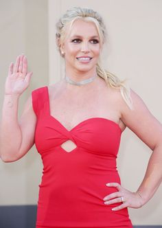 Hold On—Did Britney Spears Just Debut Her Engagement Ring? - Britney Spears Debuts Her Possible Engagement Ring - Britney Spears Young, Britney Spears Outfits, Britney Spears Show, Fashion Beauty, Girl Fashion, Fashion Outfits, Britney Spears Fantasy Perfume, Britney Jean, College Fashion