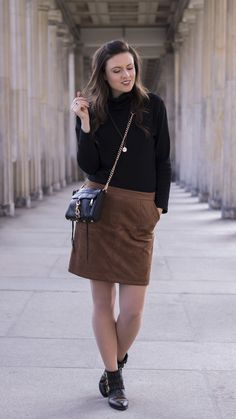 Brauner Wildlederrock und Rollkragenpullover, Fashionlover, Fashionblogger, brown skirt, turtleneck sweater, Rebecca Minkoff Mini Mac, brown and black, streetstyle, streetwear, streetfashion, outfit, outfitinspiration, springlook, spring outfit, girl, pretty, beautiful, hair, curly hair, brunette
