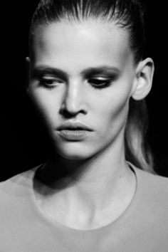 The Scoop on Lara Stone: The Trials and Tribulations of a Global Supermodel Lauren Hutton, Yves Saint Laurent, Lara Stone, Model Face, Fashion Models, Fashion Styles, Women's Fashion, Black And White Portraits, Androgynous