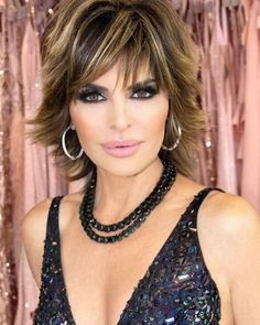 Lisa Rinna goes as Jennifer Lopez in iconic green gown for Halloween Chic Short Hair, Messy Short Hair, Short Hair With Layers, Short Hair Cuts, Lisa Rhinna Hairstyles, Pretty Hairstyles, Lisa Rinna Haircut, Bob Haircut Back View, Peinados Pin Up
