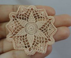 Miniature crochet start doily in pale gold- 1:12 dollhouse miniature – Handmade accessory for dollhouse - MiniGio
