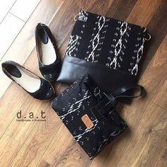 Biar silaturahmi di HariRaya makin akrab yug coba kenakan couple bag & shoes by d.a.t ini yang menggunakan kain tenun ikat jepara... .  shoes :  Jolie Tenun Black IDR 190.000 size 35 - 42  Bags :  Kaloka Black IDR 475.000 dimensi 31cm x 31cm strap 55 cm s.d 110cm  Clutch :  Amara Black IDR 275.000 dimensi 19cm x 26cm x 10cm  order : wa  0856 2807 222  line  sepatuflatcantik