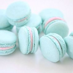 Mint Macaroons with pastel pink filling Yummy Treats, Delicious Desserts, Sweet Treats, Yummy Food, Yummy Yummy, Pastell Wallpaper, Macaroon Wallpaper, Macarons Rose, French Macaroons
