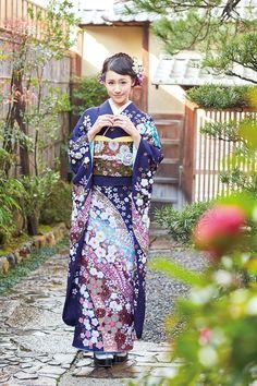 Kimono Furisode / 古典柄 辻が花調 紺振袖 Kimono Japan, Japanese Kimono, Japanese Girl, Japanese Outfits, Japanese Clothing, Japan Woman, Japanese Costume, Japanese Embroidery, Folk Costume