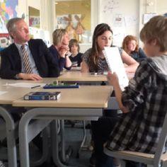Burgemeester Henk Jan Meijer weer in de schoolbanken; een les Engels bij Veerezon.