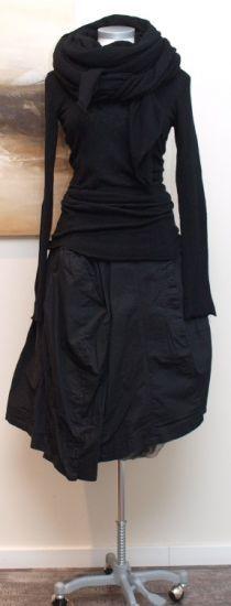 rundholz Sommer 2013 Silhouetten met de twee zwarte Art rokken, lange zwarte trui, iets strak om mijn middel, anders te klein